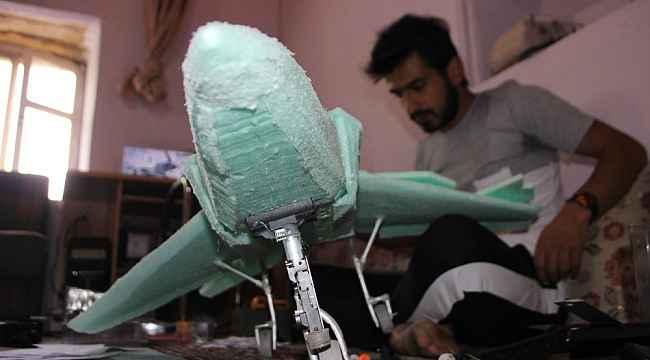 Maket uçağını uçurmak için motor desteği istiyor