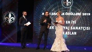 Makyaj Uzmanı Uğur Arslan'a Altın Zambak Ödülleri'nde 'Yılın En İyi Makyaj Sanatçısı' ödülü