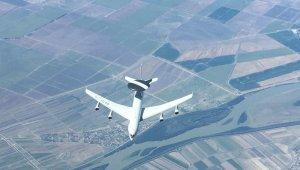 """Milli Savunma Bakanlığı: """"NATO'ya ait AWACS uçağına, Hava Kuvvetlerimize ait tanker uçağı tarafından Romanya üzerinde 23.000 feet irtifada yakıt ikmali yapıldı"""""""