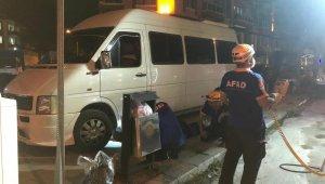 Minibüsün altında sıkışan yavru kediyi AFAD ekipleri kurtardı