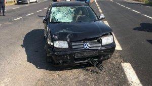 Motosiklet sürücüsü çarptığı otomobilin ön camına düştü