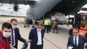 """MSB: """"Sırbistan'a tıbbi yardım malzemelerini ulaştıran uçağımızı Sırbistan Başbakan Yardımcısı ve Ticaret, Turizm ve İletişim Bakanı Rasim Ljajiç, Büyükelçimiz Tanju Bilgiç ve Askeri Ataşemiz Albay Memduh Orbay Kılınç karşıladı."""""""