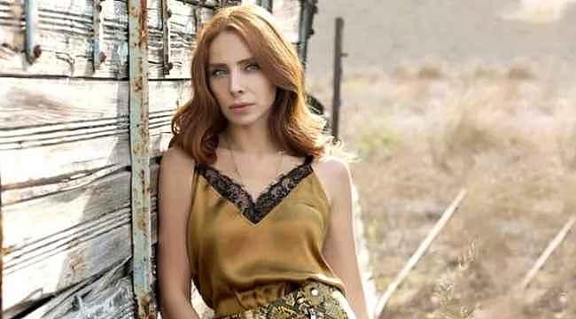 Nur Fettahoğlu'ndan göğüs dekolteli ağır çekim videosu