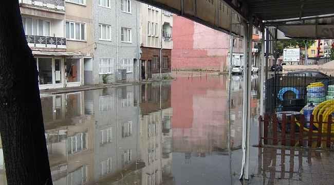 Sağanak yağış İnegöl'de yolları göle çevirdi - Bursa Haberleri