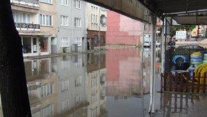Sağanak yağış İnegöl'de yolları göle çevirdi