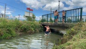 Sıcaktan bunalan çocuklar sulama kanalında serinledi