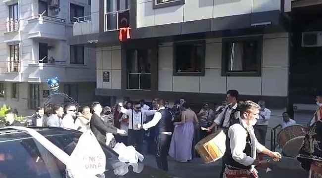 Sokak ortasında sosyal mesafesiz maskesiz düğün eğlencesi