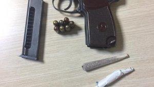 Şüphelendikleri şahsın üzerinden uyuşturucu ve silah çıktı