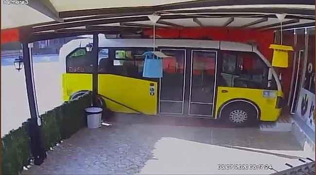 Sürücüsüz minibüs harekete geçti, çiğ köfteciye daldı - Bursa Haberleri