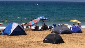 Tatilciler çadırı tercih etti, sahiller çadır kente döndü