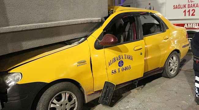 Ticari taksi balkona çarptı: 2 yaralı