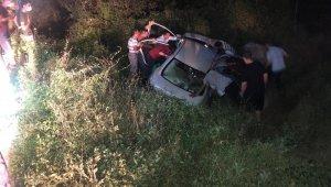 Tıra çarpan otomobil yoldan çıktı : 1'i ağır 2 yaralı