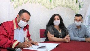 Toroslar Belediyesi, hayatlarını birleştiren imza kalemini çiftlere hediye ediyor