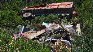 Traktör şarampole yuvarlandı: 1 ölü, 1 yaralı