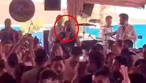 Ünlü şarkıcının konserini polis bastı... Hayranlarına ceza yağdı