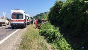 Yoldaki çalılık alana çarparak durabildi: 2 yaralı