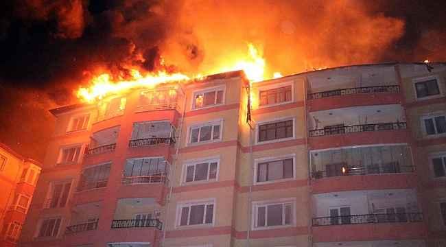 Yozgat'ta bir apartmanın çatısında çıkan yangın yan apartmanın çatısına sıçradı