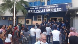 Antalya'da eşini bıçaklayarak öldüren zanlı yakalandı... Halk toplandı