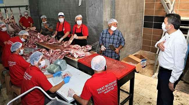 Aşevinde hummalı çalışma, 20 ton et dağıtıma hazırlanıyor