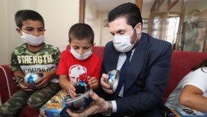 Başkan Sayan bayramda çocukların yüzünü güldürdü