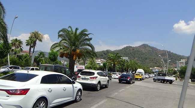 Bayram tatili bitti, Marmaris'te uzun araç kuyrukları oluştu