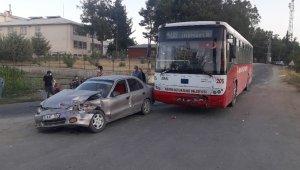 Belediye otobüsü ile otomobil çarpıştı: 2 yaralı