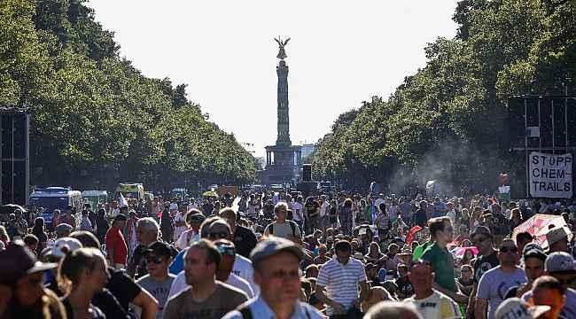 Berlin'de Covid-19 kısıtlamaları protesto edildi