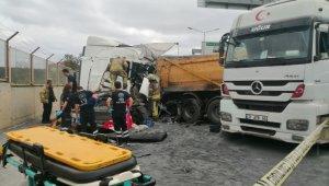 İstanbul'da 2 hafriyat kamyonu çarpıştı