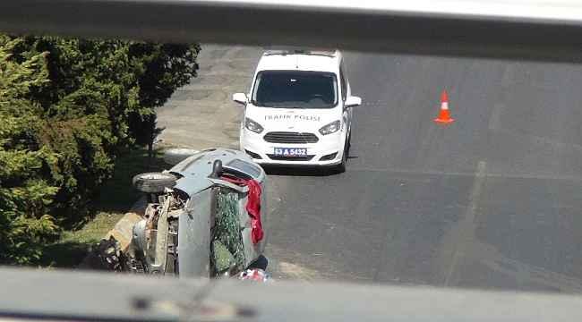 Çocuğa çarpmamak için refüje çarpıp devrilen otomobil sürücüsü yaralandı