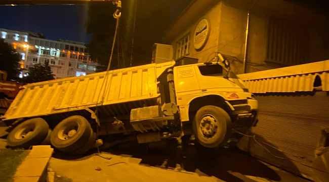 Çöken yola düşen kamyonet şaha kalktı