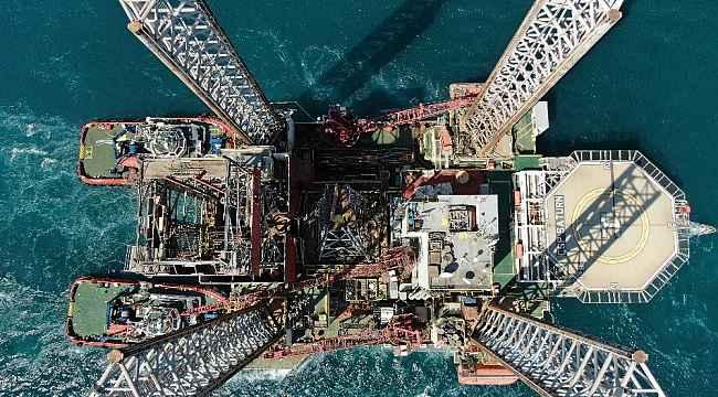 Dev petrol platformunun İstanbul Boğazı'ndan geçişi drone kamerasında