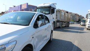 Dikkatsiz sürücü şerit değiştirmek isterken kaza yaptı