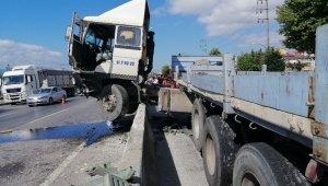 Duran araçlara çarpmamak için manevra yapan tır beton bariyerlerde asıldı kaldı