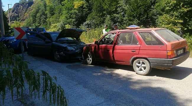 Düzce'de otomobiller kafa kafaya çarpıştı: 3 yaralı
