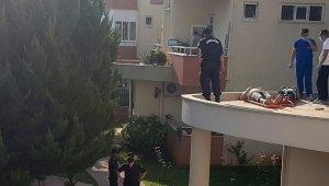 Evlerine balkondan girmek isterken beton zemine düştüler