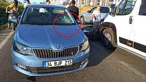 Feci kaza... Motosikletli kurye minibüse çarpıp otomobilin camına uçtu