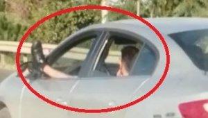 Bacağını camdan sarkıtarak otomobil sürdü