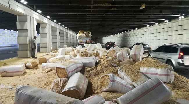 İzmir'de saman yüklü TIR alt geçide sıkıştı