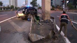 Kartal'da otomobil üst geçidin ayaklarına çarptı: 3 yaralı