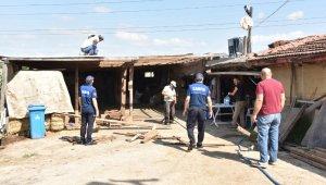 Kartepe'de kaçak ahırların yıkımı devam ediyor