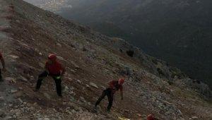 Kayalıklara düşen İngiliz pilotu JÖAK ve JAK kurtardı