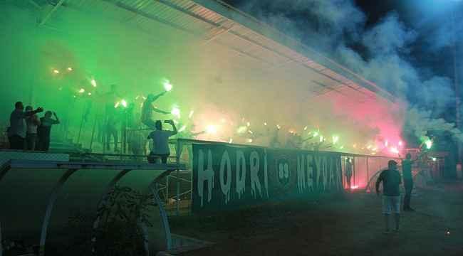 Kocaelispor taraftarları yeni transferleri antrenmanda meşalelerle karşıladı