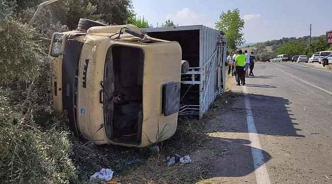 Lastiği patlayan çöp kamyonu devrildi: 3 yaralı