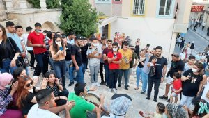 Mardin'de korona virüse 'alkış' tuttular