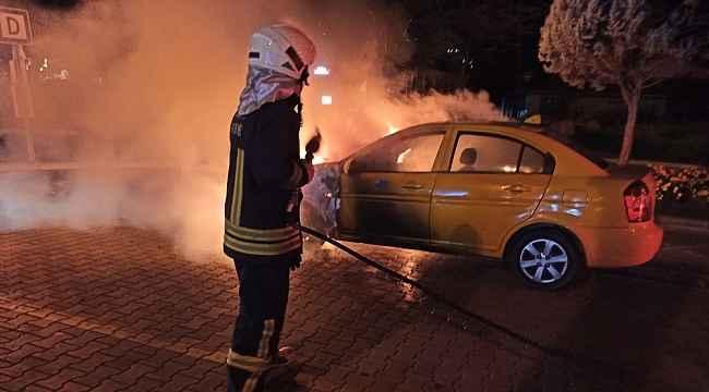 Marmaris'in göbeğinde ticari taksi cayır cayır yandı