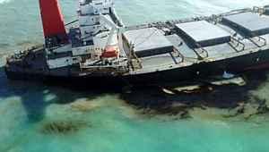 Mercan kayalıklarına çarpan tankerden sızan petrol nedeniyle çevre felaketi yaşanıyor
