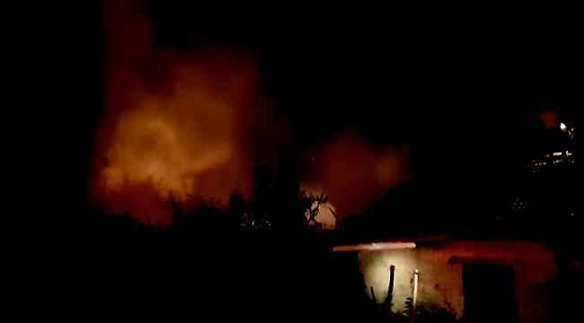 Odun ve samanların bulunduğu müştemilatta çıkan yangın paniğe neden oldu