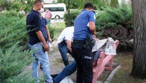 Ölüm yaşlı adamı gazete okuduğu bankta otururken yakaladı