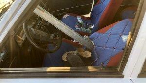 Otomobil bariyerlere saplandı: 3 yaralı