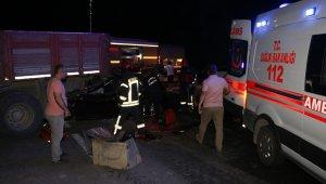 Otomobil kamyona arkadan çarptı: 2'si ağır 5 yaralı
